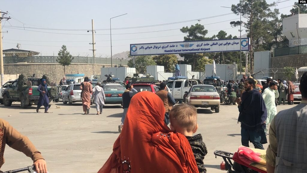 Crowds in front of Kabul airport